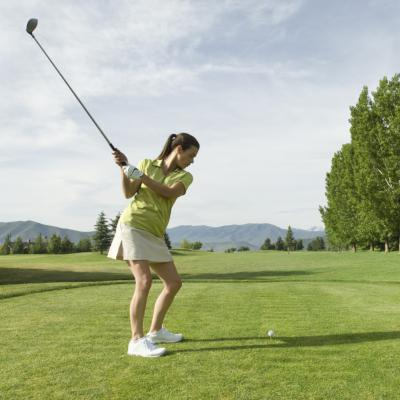 women learning to play golf
